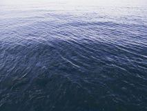 Fortfarande havsyttersida med krusningar på rent vatten Havsvattentextur i morgondagg Royaltyfria Bilder