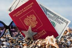 Fortfarande löpa med ett ryskt pass royaltyfri fotografi