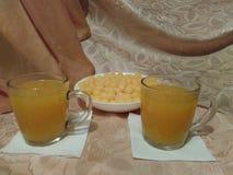 Fortfarande liv-bunke med havrebollar och orange fruktsaft i exponeringsglas royaltyfri fotografi