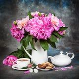 Fortfarande Peons i en tillbringare på tabellen och frukosten arkivfoto