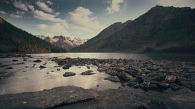 Fortfarande reflekterande himmel för flod som omges av Siberian berg och Forest Daytime Landscape Footage lager videofilmer