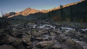 Fortfarande reflekterande himmel för flod som omges av Siberian berg och Forest Daytime Landscape Footage stock video