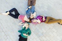 Forti donne che combattono per l'uguaglianza del genere con il simbolo di Fotografie Stock
