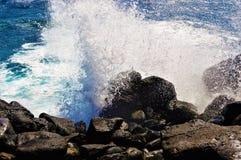 Forti onde che colpiscono le rocce fotografia stock libera da diritti