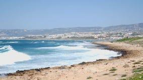 Forti onde del mare che colpiscono la spiaggia rocciosa Onde del mare che spruzzano sopra la spiaggia rocciosa Movimento lento archivi video