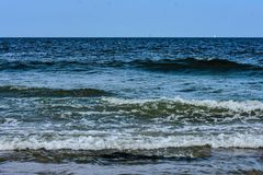 Forti onde di oceano che rotolano nella spiaggia fotografie stock