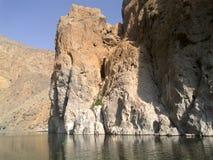 Forti rocce sulla banca della valle, Oman fotografie stock