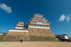 Fortificação do castelo de Himeji contra céus azuis em Himeji, Hyogo foto de stock royalty free