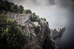 Fortificação na borda de um penhasco em sair do mar drama imagem de stock royalty free