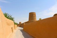Fortificações de Meybod: paredes e torres da cidade Meybod é uma cidade central do deserto em Irã imagem de stock