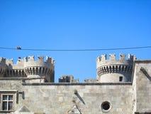 Fortificazione antica, due uccelli su un cavo Immagini Stock