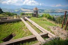 Fortificazione celtica della collina a Havranok - la Slovacchia immagini stock