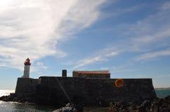 Fortificazione con il faro sul tramonto Fotografie Stock
