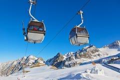 Fortificazione della neve nella stazione sciistica delle montagne - Innsbruck Austria Immagine Stock Libera da Diritti