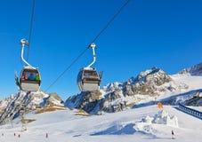 Fortificazione della neve nella stazione sciistica delle montagne - Innsbruck Austria Fotografie Stock