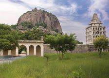Fortificazione di Gingee con la torre quarta delle donne e del portone fotografia stock libera da diritti