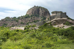 Fortificazione di Gingee sulla sua collina fotografia stock libera da diritti