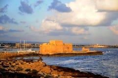 Fortificazione di Paphos in sera Immagine Stock
