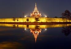 Fortificazione o Royal Palace a Mandalay alla notte immagini stock