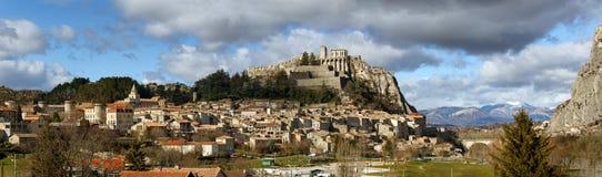Fortificazioni della cittadella, di Sisteron e tetti con le nuvole south Fotografie Stock