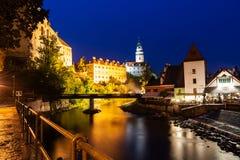 Fortifichi in Cesky Krumlov a nigt in Ceco immagine stock