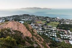 Fortifichi la collina, Townsville con l'isola magnetica nel fondo Fotografia Stock Libera da Diritti