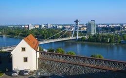 Fortifichi la fortificazione ed il nuovo ponte sopra il Danubio a Bratislava, Slovacchia Immagini Stock