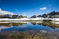 Fortifichi la riflessione della collina alla collina del castello, alpi del sud, Fotografie Stock