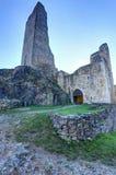 Fortifichi le pareti rovinate Okor ed il resti di alta torre Fotografie Stock Libere da Diritti