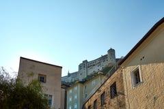 Fortifichi su una collina sopra Salisburgo, con le vecchi costruzioni e cielo blu immagini stock libere da diritti