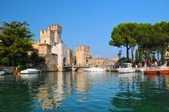 Fortifichi sulla polizia del lago in Sirmione, Italia Fotografia Stock