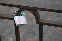 Fortifichi, un simbolo di amore e fedeltà, appendenti sulle sbarre di ferro fotografia stock