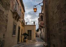 Fortified市姆迪纳拉巴特中世纪镇,马耳他,欧洲街道在日落期间的 免版税库存照片