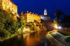 Fortifique em Cesky Krumlov no nigt em Checo imagens de stock royalty free