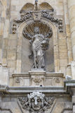 Fortifique a estátua da parede da porta do pátio no palácio real de Budapest Fotos de Stock