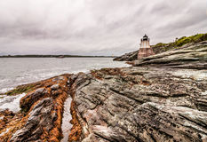 Fortifique o farol do monte em Newport, Rhode - ilha, situada em um litoral rochoso dramático fotografia de stock royalty free