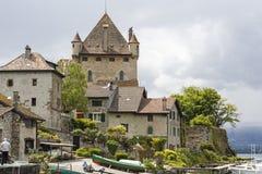 Fortifique pelo lago em Yvoire, França fotografia de stock