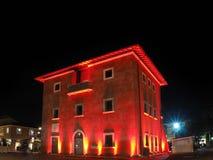 Fortino symbolet av Forte dei Marmi vid natt Arkivfoto