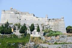 Fortless viejo en un afloramiento costero rocoso en Portovenere Imágenes de archivo libres de regalías