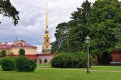 Fortness de San Pedro y de Pavel y el parque en St Petersburg, R Foto de archivo libre de regalías