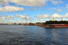 Fortness de San Pedro y de Pavel y río Neva en St Petersburg, Foto de archivo libre de regalías