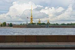 Fortness van St. Peter en Pavel en rivier Neva in St. Petersburg, Stock Afbeeldingen