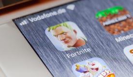 Fortnitespel app op het gebroken iPhonescherm royalty-vrije stock afbeeldingen