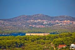 Fortres de Nikola d'île et de saint de Zlarin en entrée de baie de Sibenik photo stock