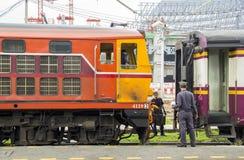 Fortsetzungsprozession mit elektrischer Diesellokomotive Stockfotos