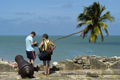 Fortsinaasappel, kanon, oceaan en toeristen, Brazilië Royalty-vrije Stock Afbeelding