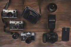 Fortskrida foto, retro kameror, den moderna kameran och telefonen Royaltyfria Bilder