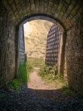 Forttunnel met ijzerpoort Stock Foto