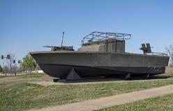FORTU LEONARD drewno, MO-APRIL 29, 2018: Pojazd Wojskowy Powikłana Rzeczna łódź patrolowa zdjęcie stock