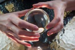 Fortuinteller die kristallen bol met behulp van royalty-vrije stock afbeelding